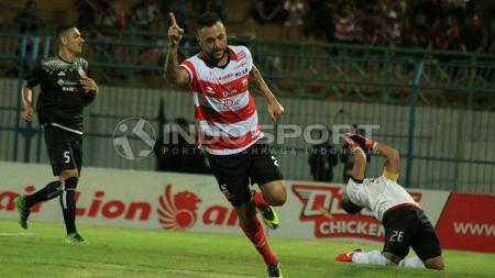 Selebrasi gol Marcel Sacramento diikuti penyesalan Andritany lewat eksekusi penalti di menit 21. - INDOSPORT