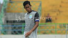 Indosport - Pemain muda klub Liga 1 Persela Lamongan, Birrul Walidain tetap disiplin latihan meskipun sedang menjalankan ibadah puasa.