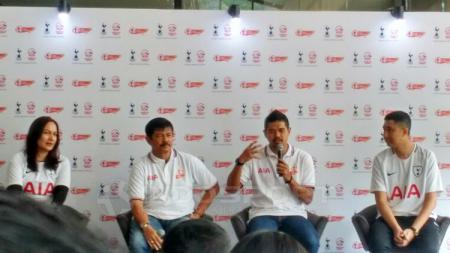 Bambang Pamungkas dan Indra Sjafri pada acara AIA Championship. - INDOSPORT