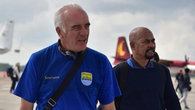 Mario Gomes dan Heri Setiawan tiba di Bandar Udara Internasional Hang Nadim, Riau. Copyright: Persib Bandung