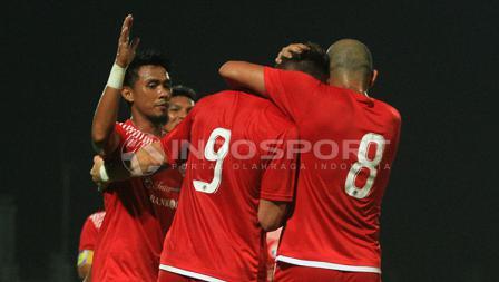 Maman Abdul Rahman (kiri) usai merayakan gol Marko Simic, 10 menit kemudian diganjar kartu merah.