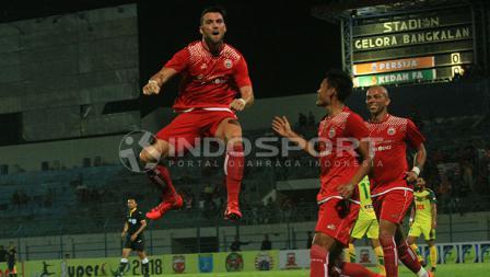 Marko Simic meloncat dalam selebrasi gol heading-nya di menit 21.