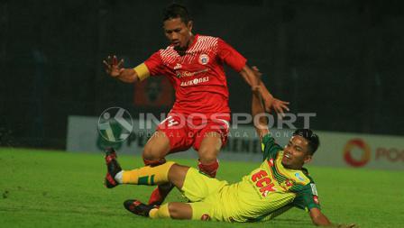 Ismed Sofyan berusaha menghindari tekel pemain Kedah FA.