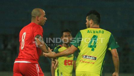 Ivan Carlos berusaha ditenangkan Alvaro Linares usai terlibat duel fisik.