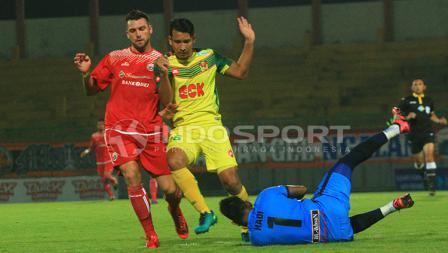 Osman Yusoff berusaha melindungi kipernya, Abdul Hadi Hamid saat menangkap bola tendangan Marko Simic.