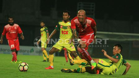 Ivan Carlos meringis kesakitan usai diterjang bek Kedah FA.