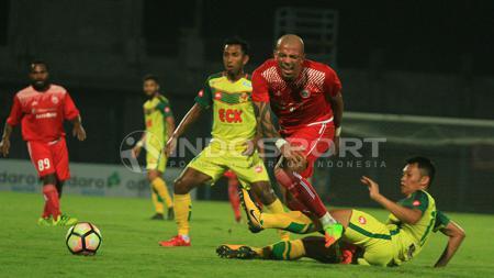 Ivan Carlos meringis kesakitan usai diterjang bek Kedah FA. - INDOSPORT