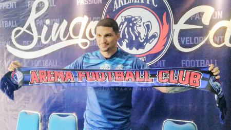 Arthur Cunha Da Rocha resmi diperkenalkan Arema FC. - INDOSPORT