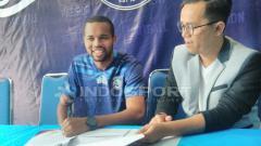 Indosport - Thiago Furtuoso saat menandatangani kontrak bersama Arema FC.