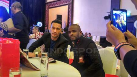 Greg Nwokolo dan Raphel Maitimo. - INDOSPORT