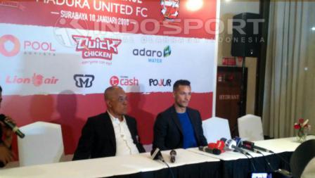 Preskon Rapahel Maitimo dan Manajer Madura United, Haruna Soemitro