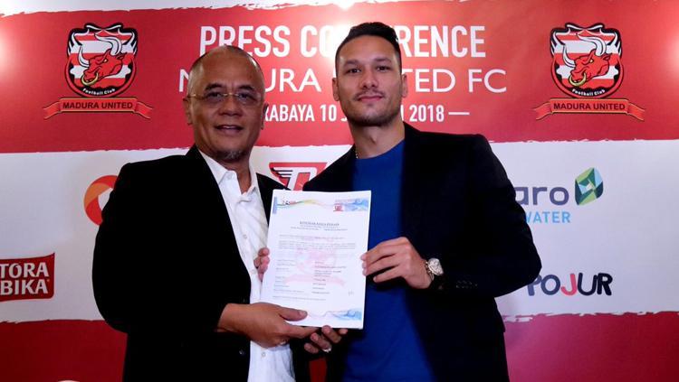 Madura United resmi mendapatkan Raphael Maitimo dari Persib Bandung. Copyright: Raphael Maitimo