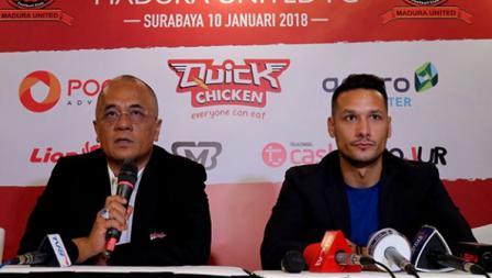 Raphel Maitimo dalam jumpa pers bersama Madura United.