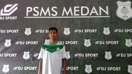 Suhandi mengenakan jersey anyar PSMS Medan. - INDOSPORT