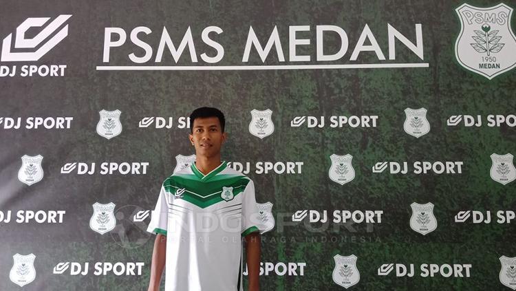 Suhandi mengenakan jersey anyar PSMS Medan. Copyright: Kesuma Ramadhan/INDOSPORT