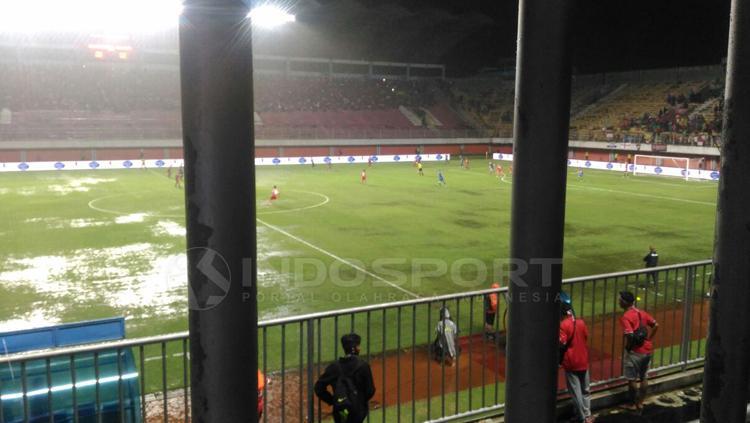 Pertandingan kembali dimulai setelah terhenti karena hujan petir. Copyright: Zainal Hasan/INDOSPORT