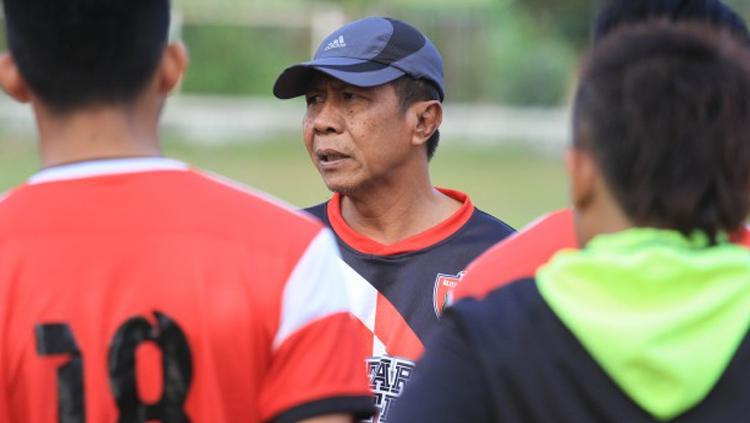 Gatot Mulbajadi saat memimpin latihan. Copyright: Blitar United