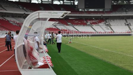 Bangku pemain cadangan di stadion Gelora Bung Karno. Herry Ibrahim