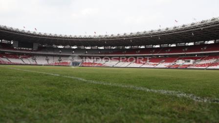 Rumput stadion sudah rapih untuk menyambut laga persahabatan Timnas Indonesia melawan Islandia. Herry Ibrahim