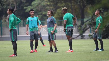 Pelatih Luis Milla (tengah) memberikan arahan kepada para pemain Timnas dalam latihan. Herry Ibrahim
