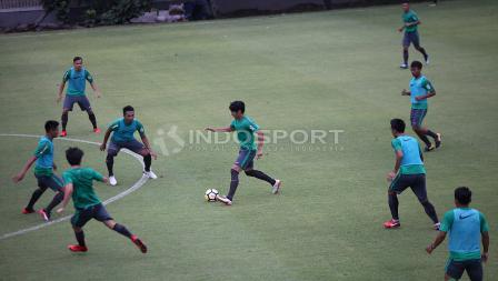 Para pemain Timnas Indonesia terlihat serius dalam latihan jelang lawan Islandia. Herry Ibrahim
