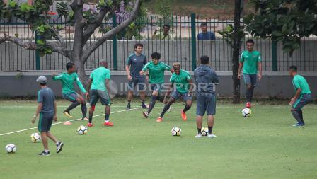 Para pemain dan pelatih Luis Milla melakukan pemanasan sebelum latihan. Herry Ibrahim