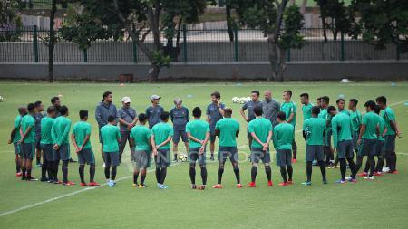 Skuat Timnas Indonesia melakukan briefing sebelum melakukan latihan. Herry Ibrahim - INDOSPORT