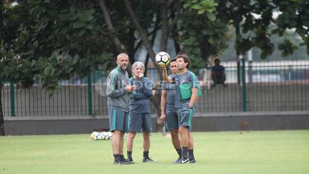 Pelatih Timnas Indonesia, Luis Milla beserta tiga asistennya. Herry Ibrahim