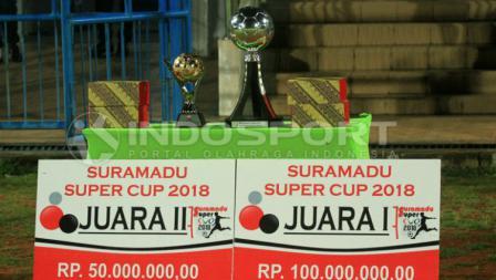 Piala tetap dan bergilir Suramadu Super Cup beserta dua hadiah bagi tim juara dan runner-up.