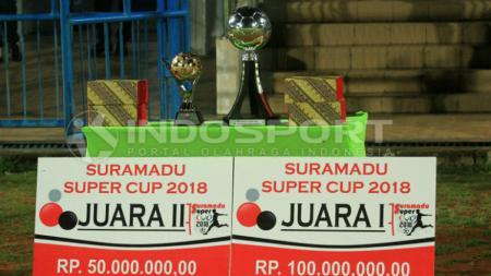 Piala tetap dan bergilir Suramadu Super Cup beserta dua hadiah bagi tim juara dan runner-up. - INDOSPORT