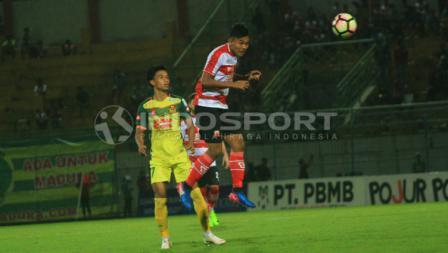 Asep Berlian coba menghadang bola udara bagi Baddrol Bakhtiar.