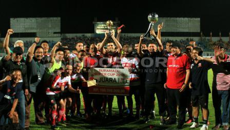Madura United merayakan pesta sebagai Juara Suramadu Super Cup