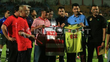 perwakilan tim Madura united dan Kedah FA saling bertukar marchandise klub