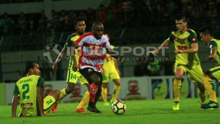 Empat pemain Kedah berusaha membendung pergerakan Greg Nwokolo yang dianggap berbahaya