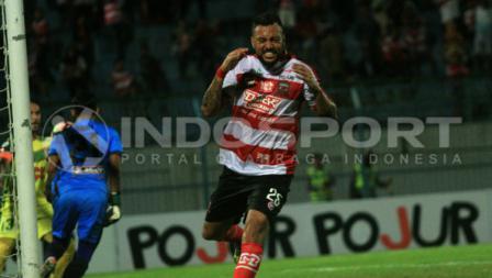 ekspresi Marcel Sacramento yang gagal menyelesaikan peluang gol