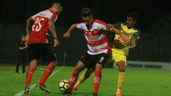 Indosport - Raphael Maitimo, saat debut bersama Madura United
