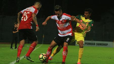 Raphael Maitimo, saat debut bersama Madura United - INDOSPORT