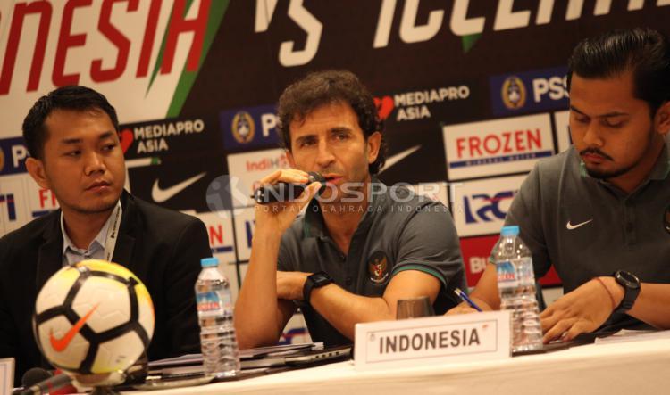 Luis Milla di konferensi pers Indonesia vs Islandia Copyright: INDOSPORT/Herry Ibrahim