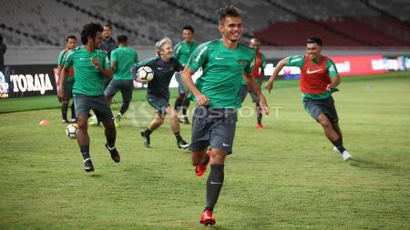 Keceriaan para pemain Timnas Indonesia saat berlatih di GBK. - INDOSPORT