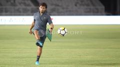 Indosport - Aksi Luis Milla melakukan tendangan bola di sela-sela latihan.
