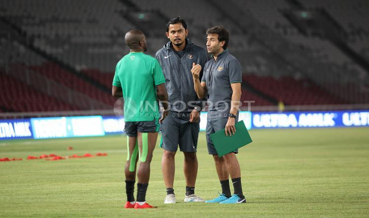 Luis Milla (kanan) berbicara serius dengan Boaz Solossa. Copyright: Indosport/Herry Ibrahim
