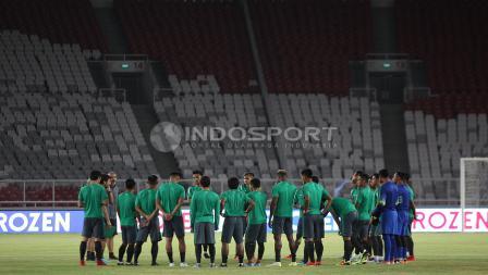 Para pemain Timnas berkumpul sebelum melakukan latihan.
