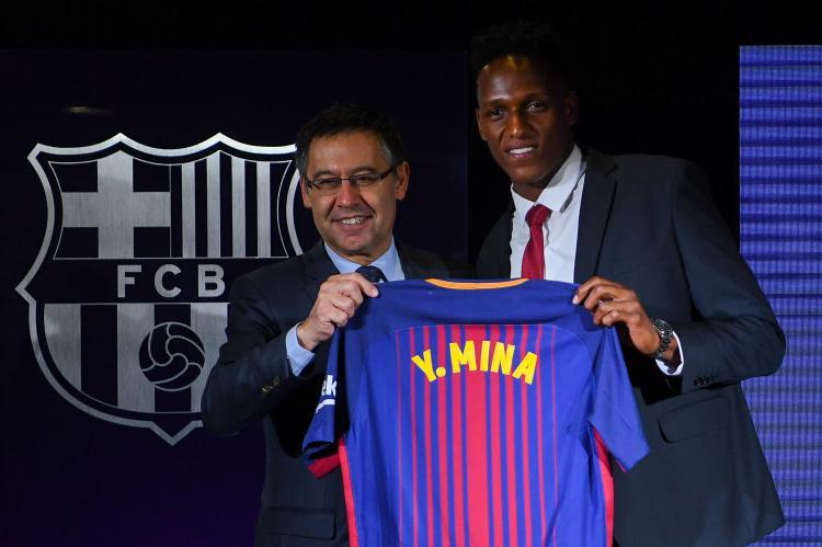 Barcelona saat perkenalkan Yerry Mina. Copyright: INDOSPORT