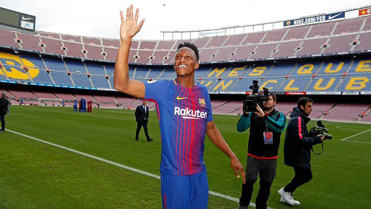 Yerry Mina saat diperkenalkan ke publik Camp Nou. Copyright: Barcelona