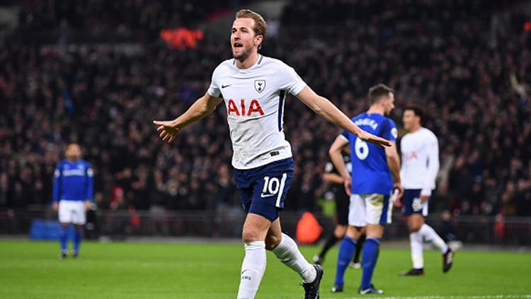Selebrasi Harry Kane usai mencetak gol ke gawang Everton. Copyright: INDOSPORT