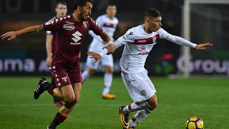 Nicolo Barella (kanan) mempertahankan bola dari rebuatan pemain Torino Copyright: INDOSPORT