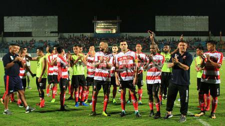 Pelatih Gomes de Oliviera bersuka cita bersama skuat Madura United usai juara Suramadu Super Cup. - INDOSPORT