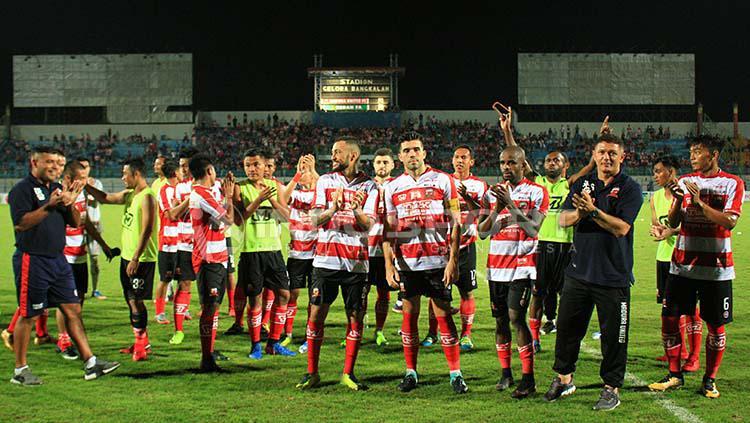 Pelatih Gomes de Oliviera bersuka cita bersama skuat Madura United usai juara Suramadu Super Cup. Copyright: Indosport/Ian Setiawan