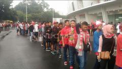 Indosport - Antrean suporter.