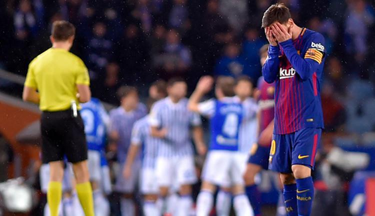 Lionel Messi tidak dapat menutupi kekecewaannya usai Barcelona berhasil kebobolan. Copyright: Getty Images